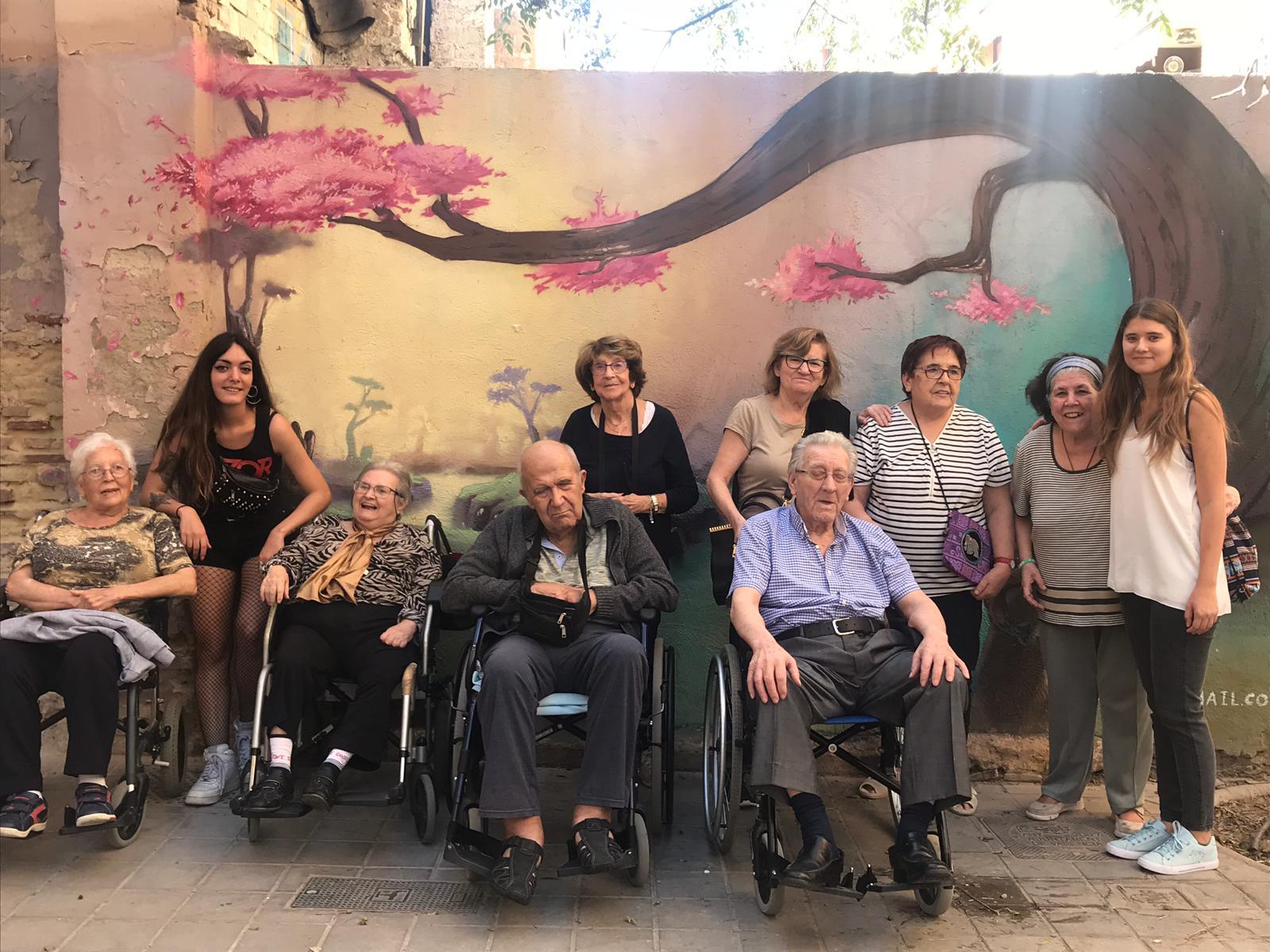 Los mayores de Centro de Día Abastos se van de paseo y merienda por Patraix (Valencia)