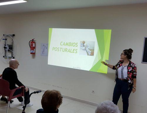 Estudiantes de Fisioterapia de la Universidad Cardenal Herrera CEU imparten una charla en Centro de Día Abastos
